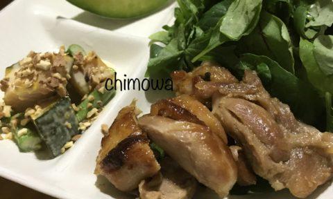 できあがった鳥取地どりピヨもも肉のサイゴングリルチキンとかぼちゃナッツサラダの写真