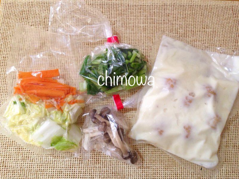 おうちコープ料理キット(ミールキット)「野菜と食べる肉だんごのクリーム煮」の内容(肉だんご入りソース、白菜、小松菜、にんじん、しめじ))