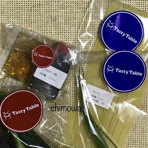 主菜・副菜を区別する赤と青のシールの写真