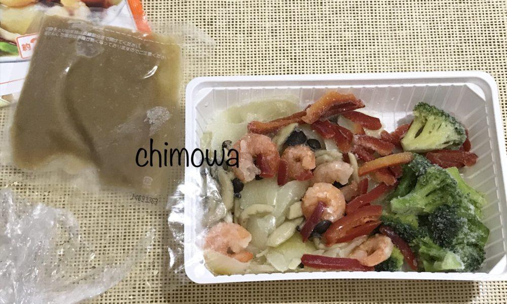 イオンネットスーパー トップバリュ冷凍クッキット「えびとブロッコリーの中華あん炒め」の内装フィルムをはがし調味料袋を出したところの写真